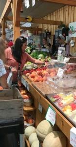 Bauernmarkt in Lancester. Amish verkaufen Obst Gemüse und Root Beer an Touristen.