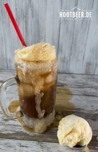 Glas mit Root Beer und Vanilleeis als Float zum Nachtisch