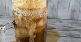 Glas mit Root Beer und Vanille eis als Float zum Nachtisch