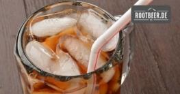 Root Beer im Glas mit Eiswürfeln